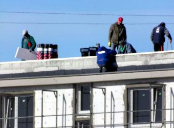 Ekipa budowlana na dachu