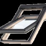 Okna obrotowe – zosią obrotu zamontowaną wpołowie wysokości skrzydła. Można je wygodnie przechylać wobie strony, dzięki czemu mycie okien nie wymaga wychylania się czy wychodzenia na dach. Otwiera się je za pomocą klamek lub uchwytów umieszczonych na dole lub na górze skrzydła. Oś obrotu powinna znajdować się na takiej wysokości, aby dorosła osoba mogła wyjrzeć przez okno bez stawania na palcach.
