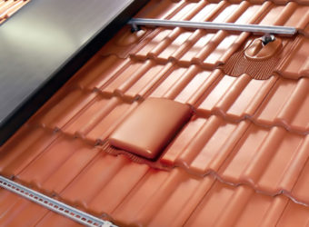 Ponieważ na dachach coraz częściej montowane są słoneczne kolektory ciepła, ważnym elementem wsystemie są uchwyty do solarów oraz przejścia do ich przewodów